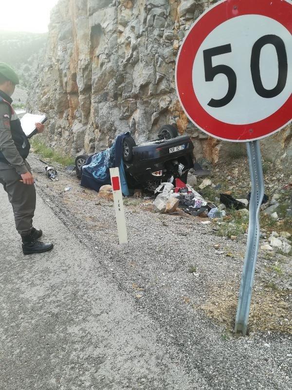 Otomobil kayalıklara çarptı: 1 ölü, 1 yaralı