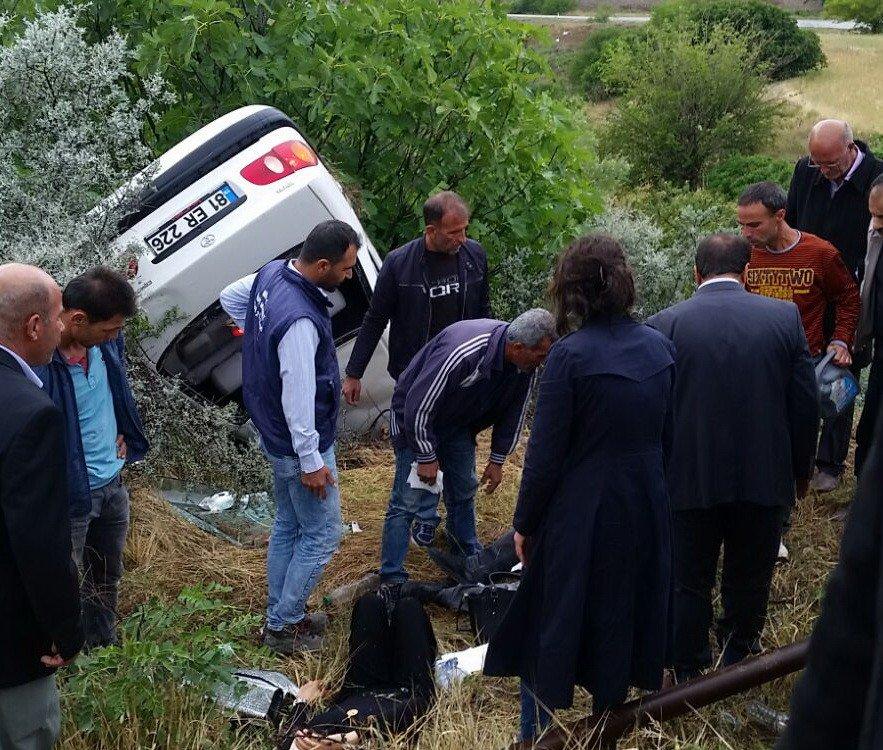 Kahta'da otomobil şarampole yuvarlandı: 3 Yaralı
