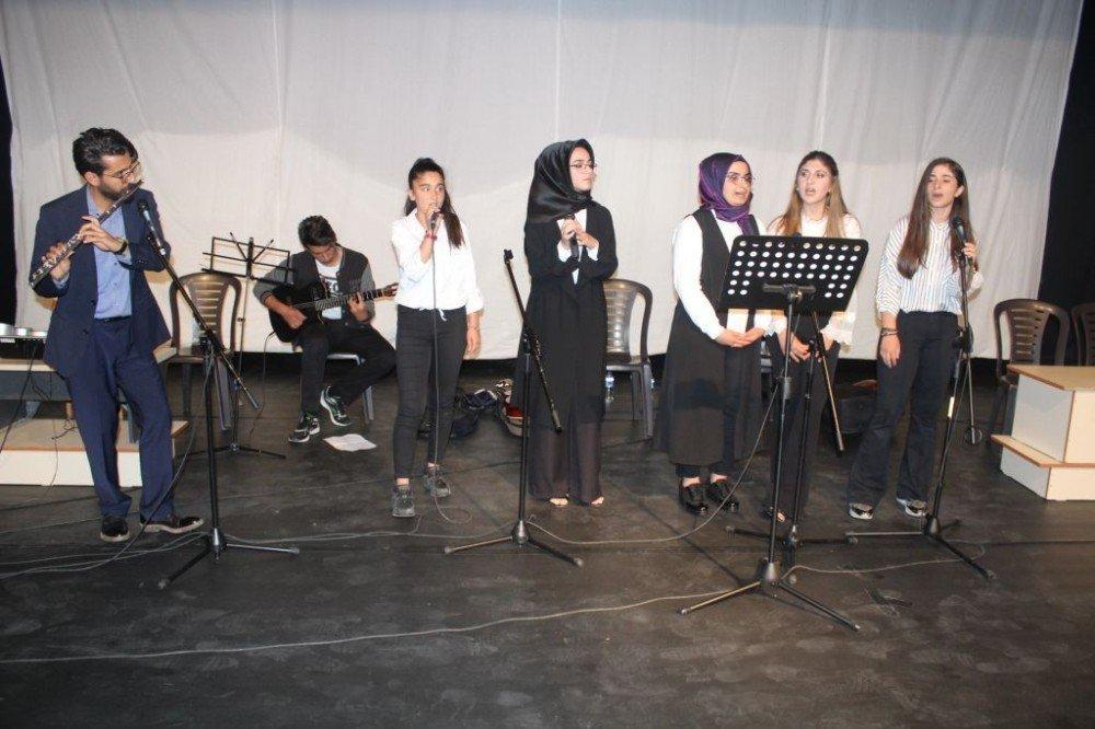 Kahta Anadolu Lisesi öğrencilerinden şiir ve müzik dinletisi
