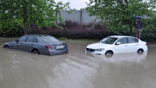 Ankara'da sağanak; sürücüler araçlarında mahsur kaldı