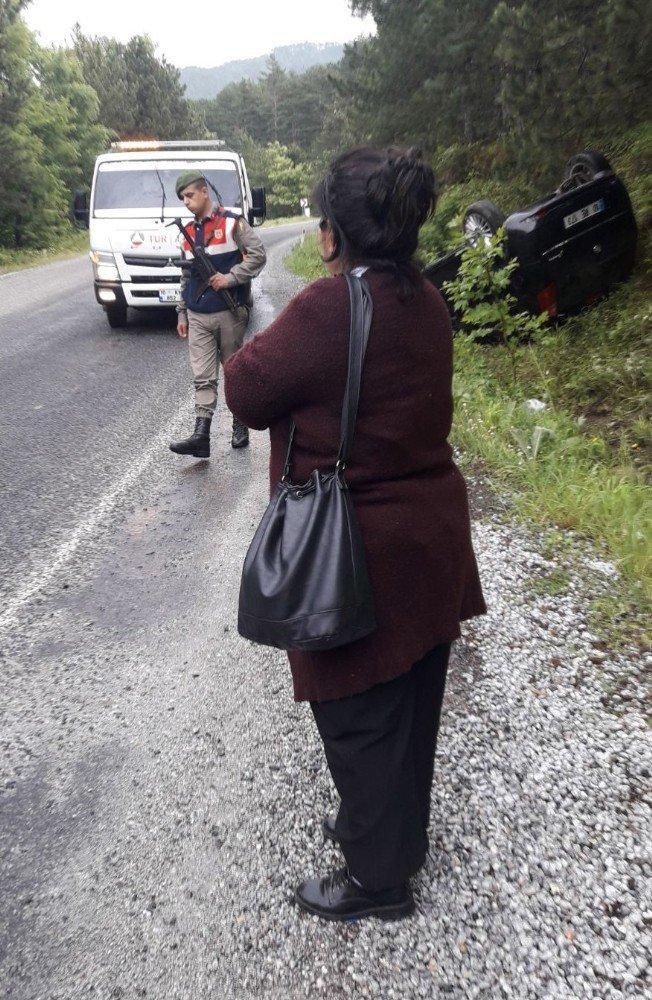 Lastiği patlayan araç mıcırlı yolda ters döndü