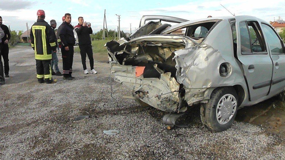 İki otomobil çarpıştı yaralılara ilk müdahaleyi başhekim yaptı