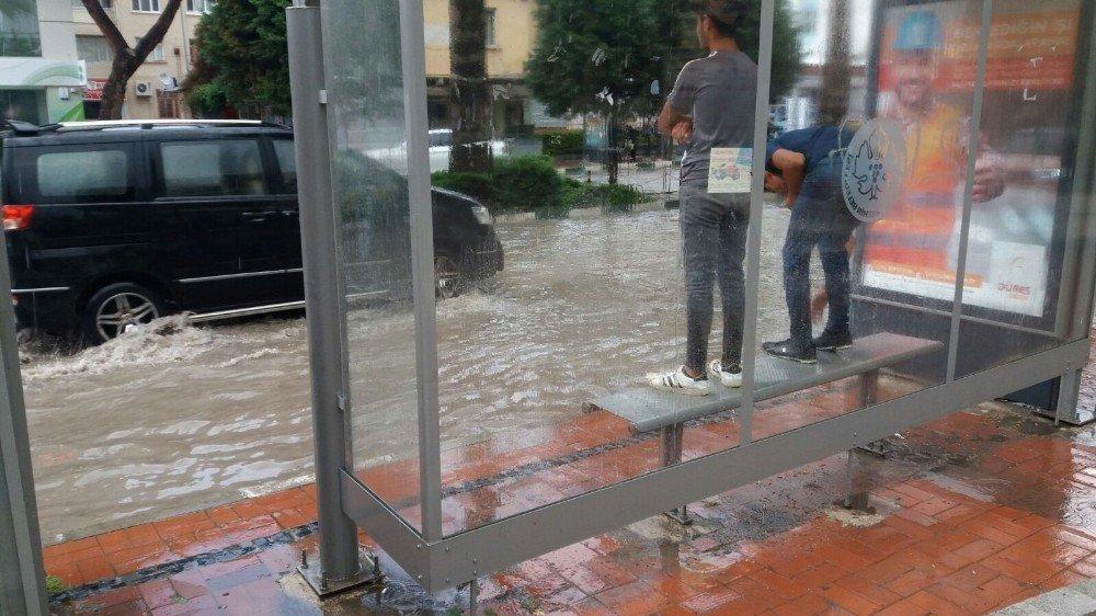 Saruhanlı'da 20 dakika süren yağmur hayatı felç etti