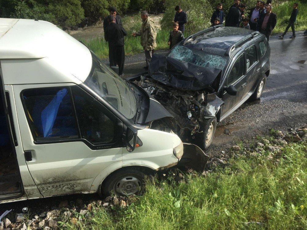 Şırnak'ın Beytüşşebap ilçesi Ayvalık köyü mevkisinde öğrenci servisi ile otomobilin çarpışması sonucu 1'i ağır 8 kişi yaralandı. Bölgeye çok sayıda ambulans sevk edildi.