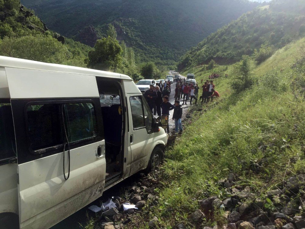 Şırnak'ta öğrenci servisi ile otomobil çarpıştı: 1'i ağır 8 yaralı