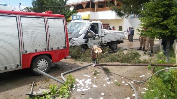 Akaryakıt istasyonu duvarına çarpan kamyonetin sürücüsü öldü