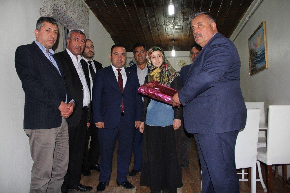 Otopark görevlisini alevlerin arasından kurtaran kahraman kıza Başkan Gür'den ziyaret