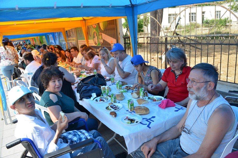 Didim Engelsiz Festivalinde 1001 metre uzunluğundaki kahvaltıda bir araya gelindi