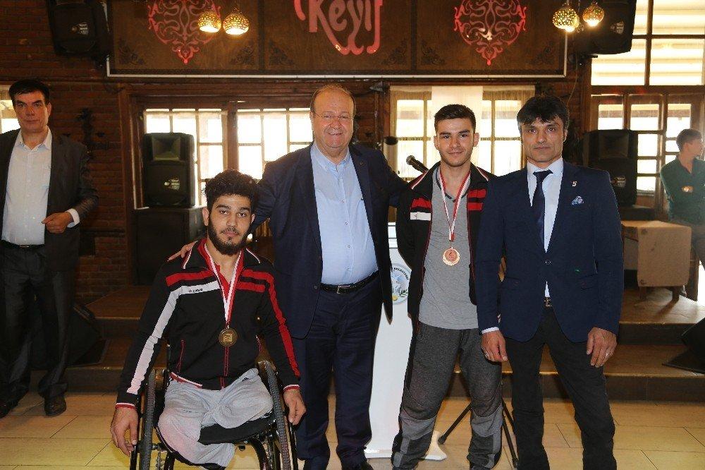 Başkan Özakcan 'Engelliler Haftası'nda engellilerin yüzünü güldürdü