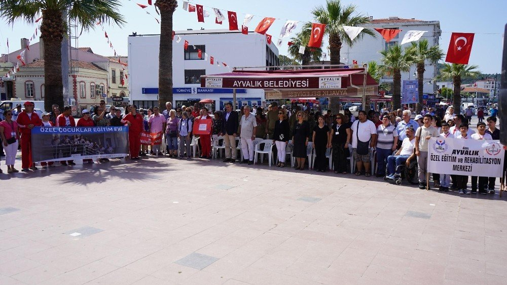 Ayvalık'ta belediyeden engellilere özel kutlama
