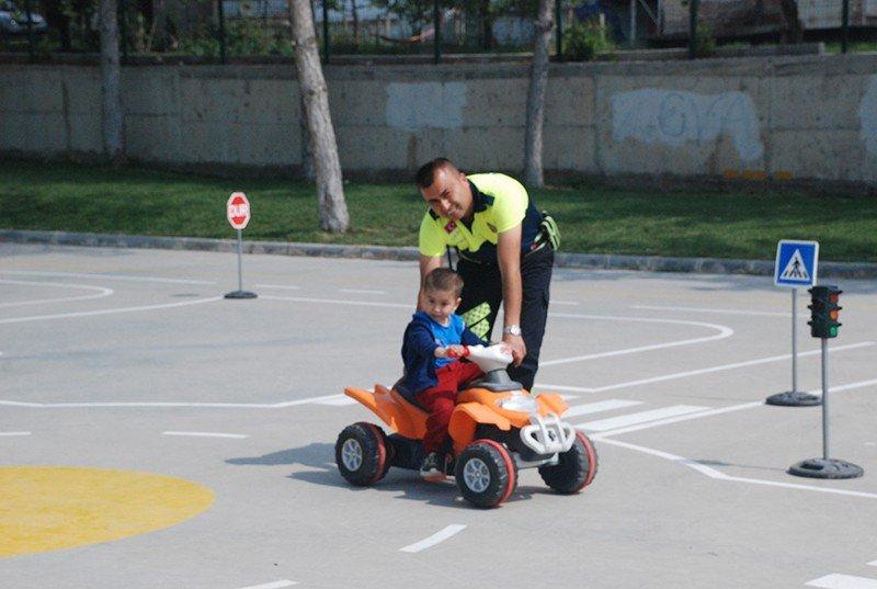 Gediz'de miniklere uygulamalı trafik eğitimi