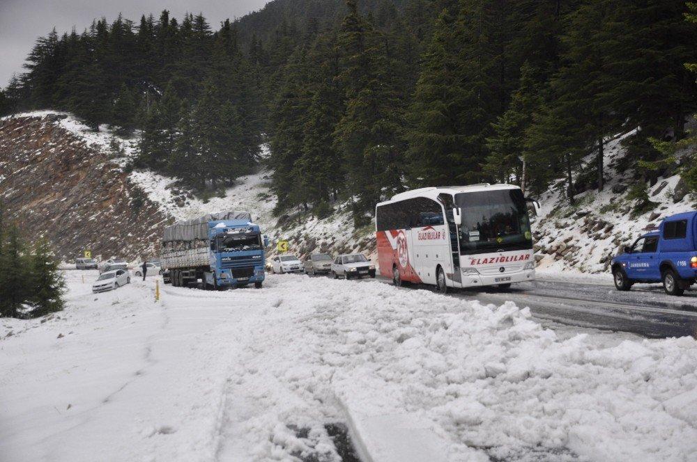 Mayıs ayında şortla araçlarını kardan kurtardılar
