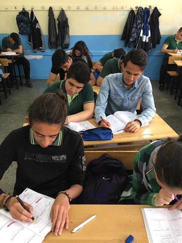 Konya'nın genç aday adayı sabah okula gidiyor, öğleden sonra seçim çalışması yapıyor