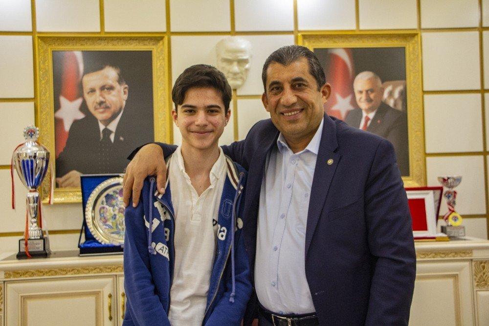 Küçük ressamdan Başkan Atilla'ya ziyaret