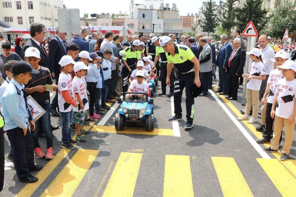 Çocuklar sürücüleri oyunla uyardı