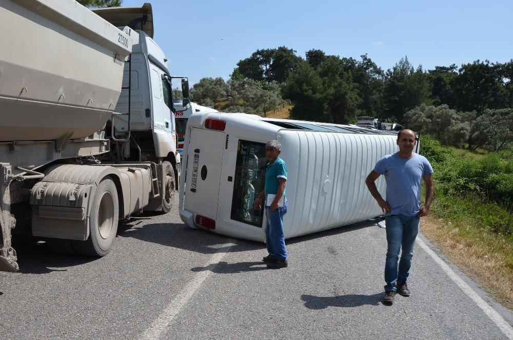 Milas'ta yolcu minibüsü kaza yaptı, 3 kişi yaralandı