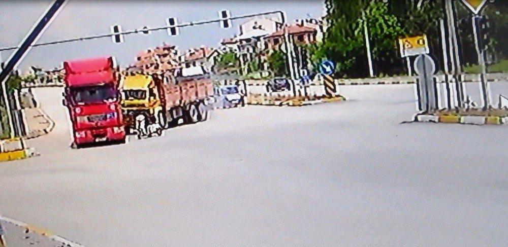 Kırmızı ışık ihlali yapan bisikletlinin karıştığı kaza güvenlik kamerasında