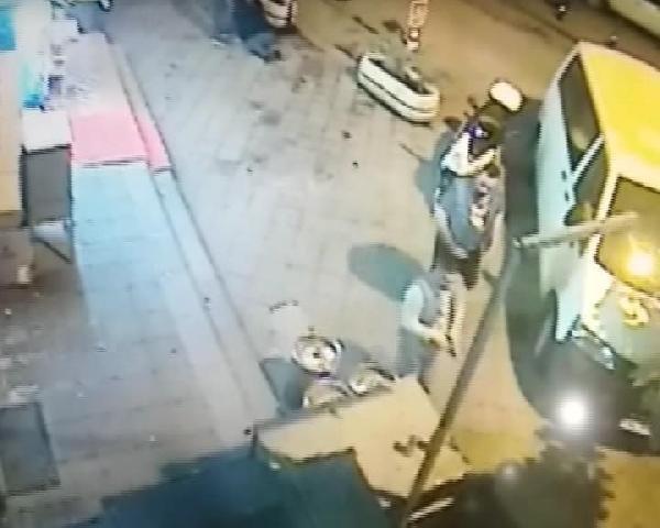 Silahla vurdu, araya girenlere tokat attı