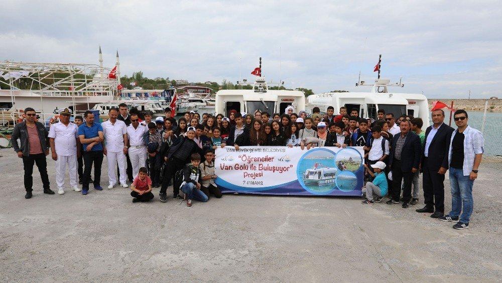 Van Büyükşehir Belediyesi öğrencileri Van Gölü'nde mavi tura çıkardı