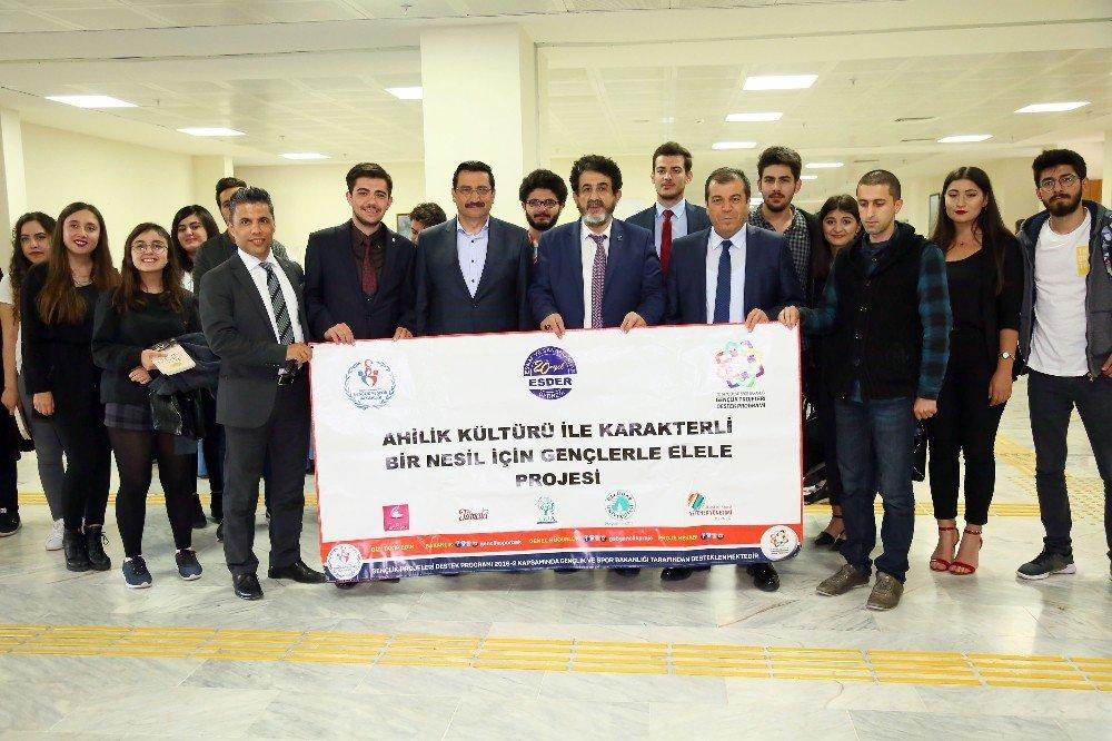 Başkan Ak üniversite gençliği ile tecrübelerini paylaştı
