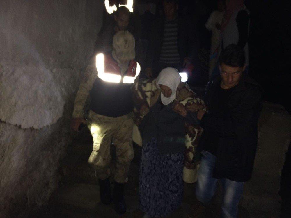 Jandarma 80 Yaşındaki Alzaymır Hastasını Donmak Üzere İken Buldu