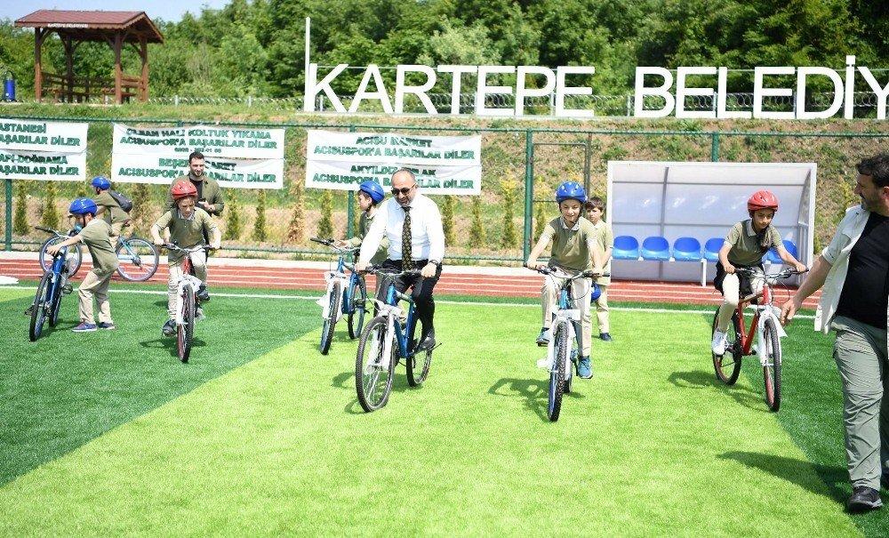 Kartepe'de bisiklet dağıtımı devam ediyor