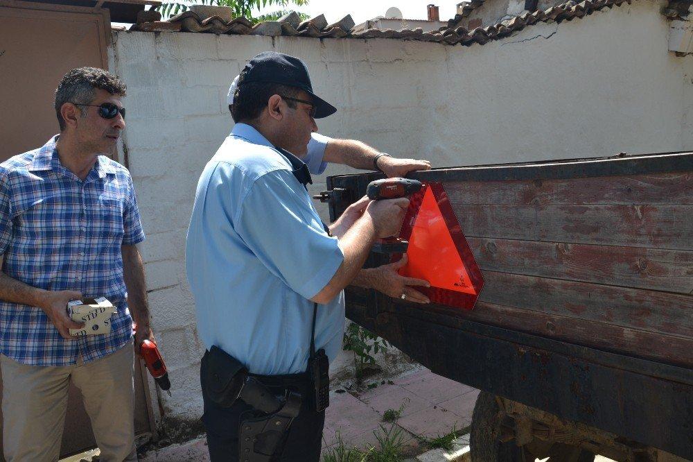 Saruhanlı'da sürücülere ücretsiz reflektör ve kask dağıtıldı