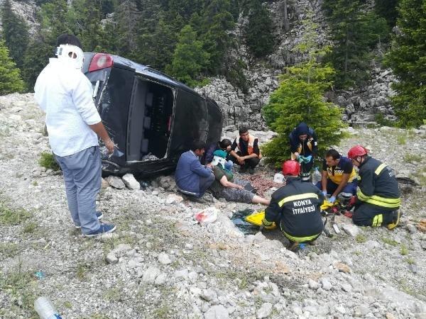 Konya'da otomobil şarampole devrildi!