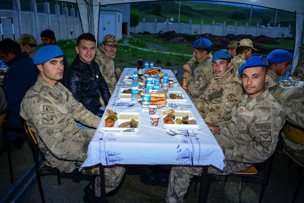 Meram'dan Ağrı'daki Mehmetçiğe iftarda anne yemeği