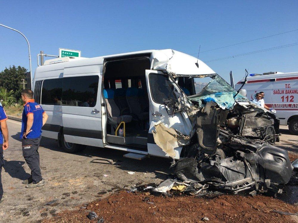Servis minibüsü tırla çarpıştı: 2 yaralı
