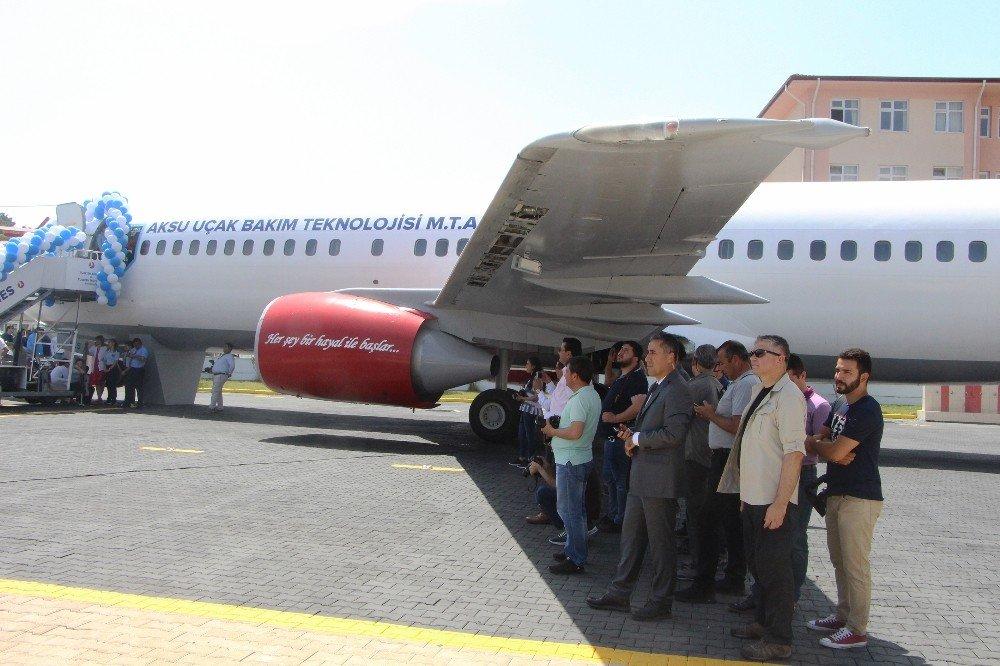 Sıcaktan bunalan vatandaşlar dev uçağın kanadının gölgesine sığındı