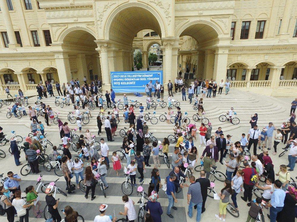 Büyükçekmece'de başarılı öğrencilere bisiklet hediye edildi