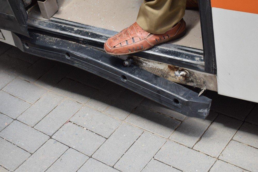 Eskişehir'de otomobil ile tramvaya çarpıştı