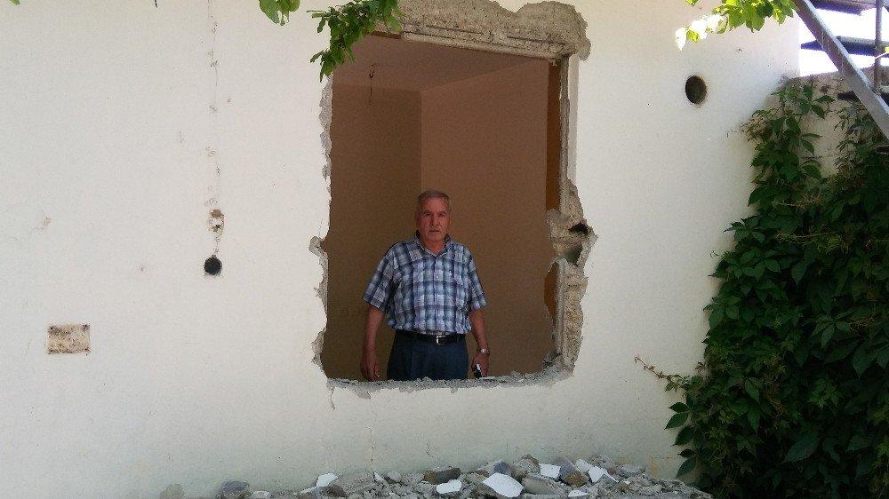 Hırsızlar evde çalacak bir şey bulamayınca kapıları ve pencereleri söktü