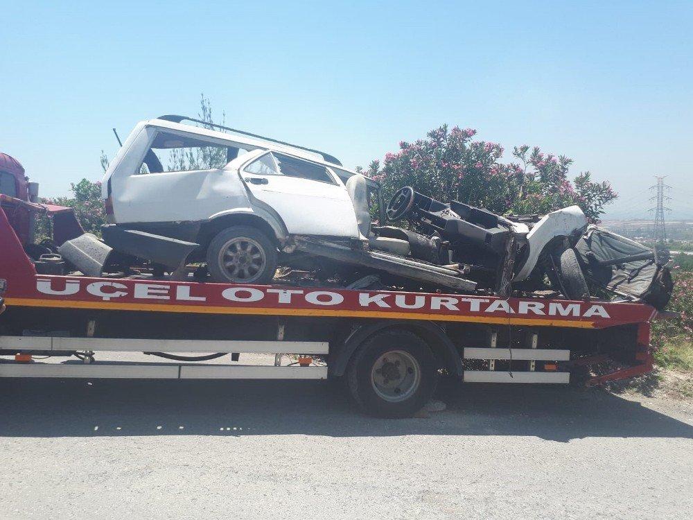 Kamyon ile çarpışan otomobil ikiye ayrıldı