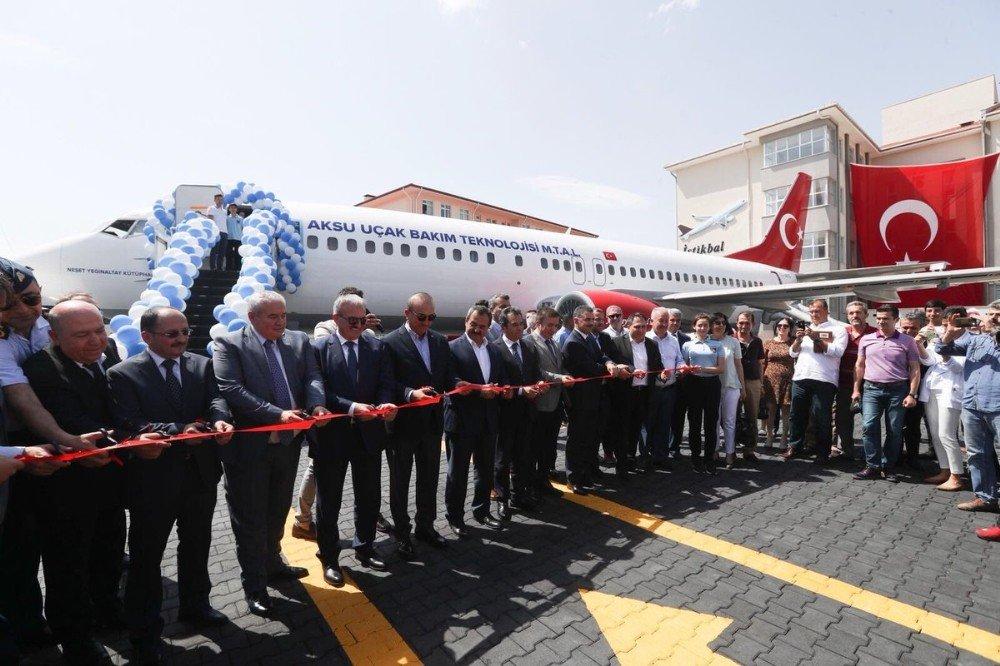 Lise bahçesindeki yolcu uçağını Bakan Çavuşoğlu açtı