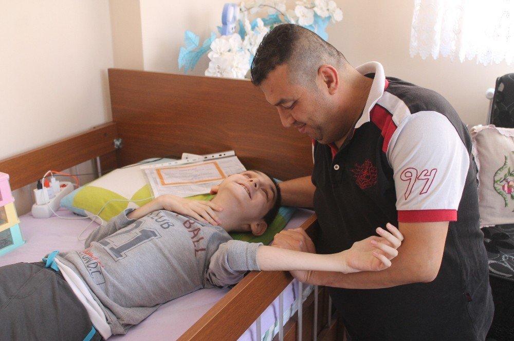 Cam kemik hastası görme engelli Mehmet'in karne sevinci
