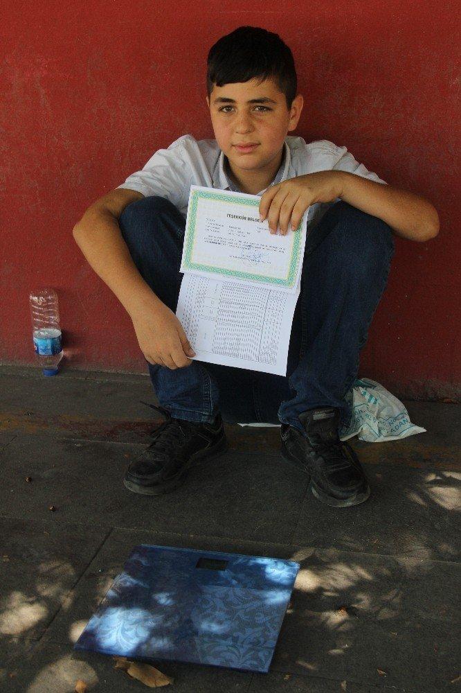 Karnesini aldı okul önünde harçlık için çalışmaya başladı