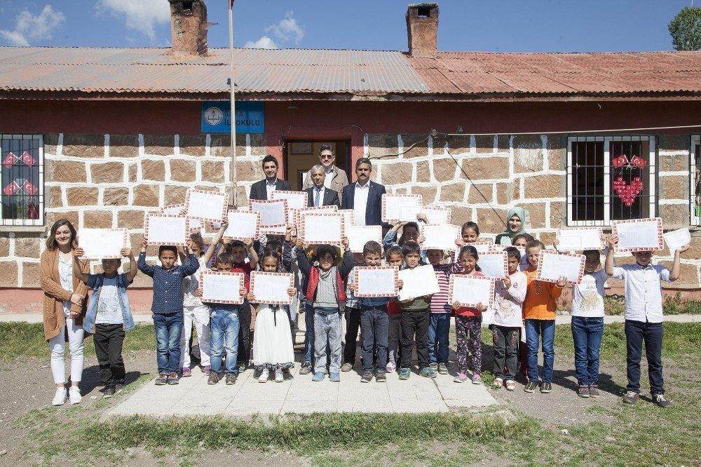 Ahlat'ta 10 bin 150 öğrenci karne aldı
