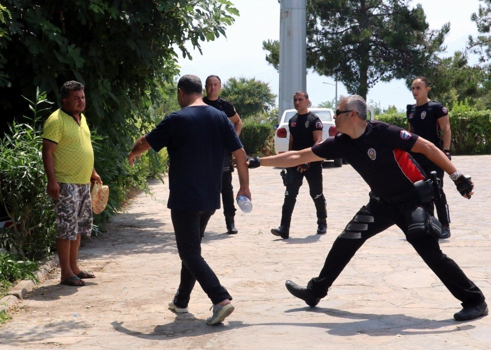 Antalya'da kanlı 'ekmek' eylemi turistlere seyirlik oldu