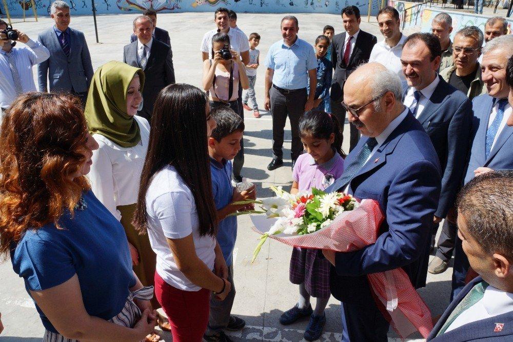 Aydın'da öğrenciler karnelerini aldı