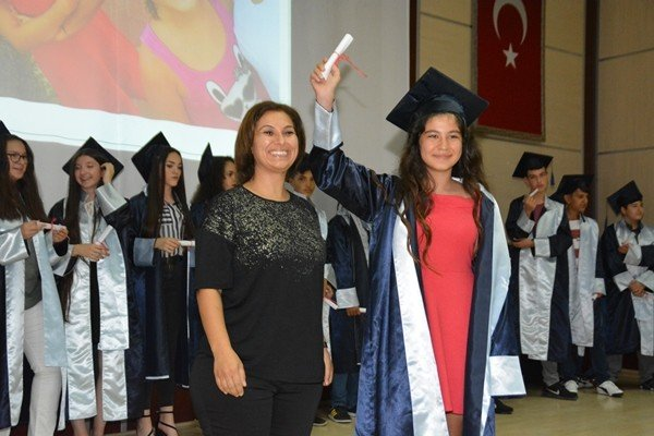 Karesi Ortaokulunda mezuniyet coşkusu