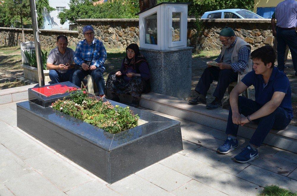 Şehit Aybüke öğretmen mezarı başında anıldı