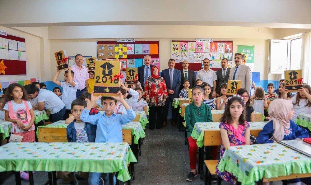 Gürkan, öğrencilerin karne heyecanına ortak oldu