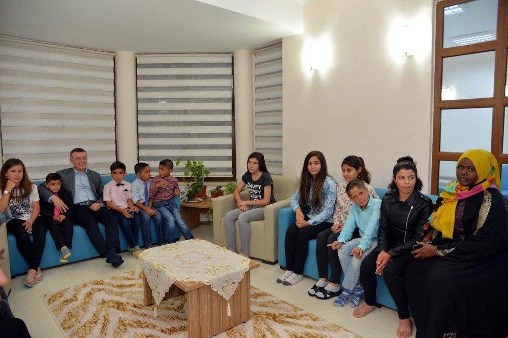 Vali Büyükakın yurttaki çocuklarla iftar yaptı
