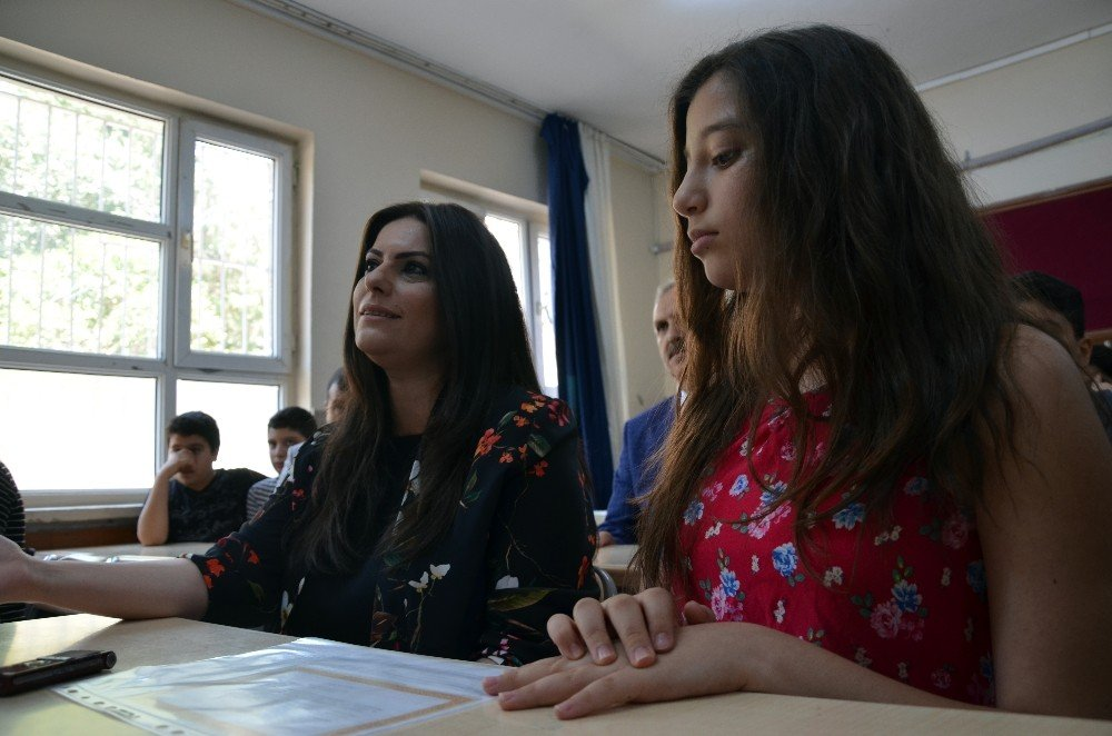 Bakan Sarıeroğlu mezun olduğu okulda karne dağıttı