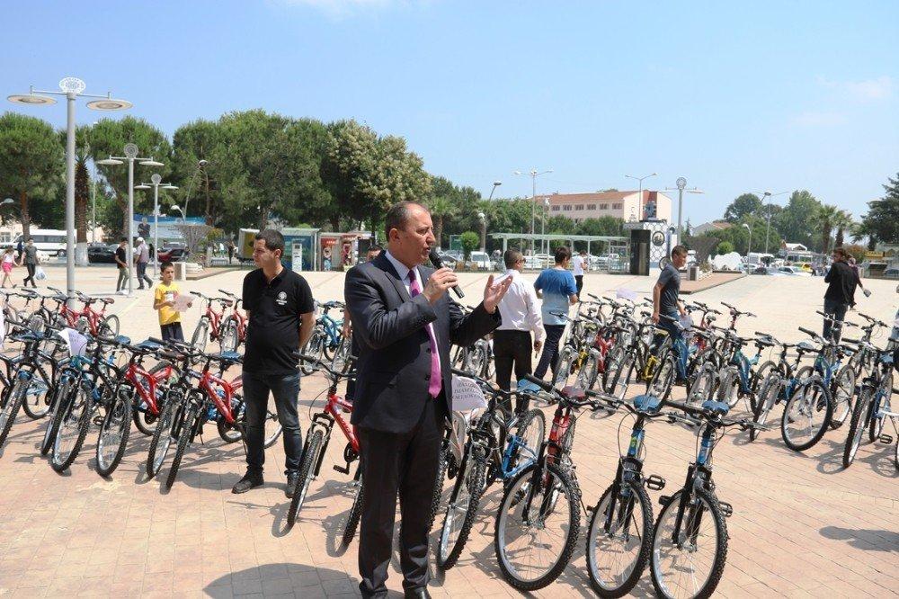 Biga Belediyesi'nden başarılı öğrencilere bisiklet