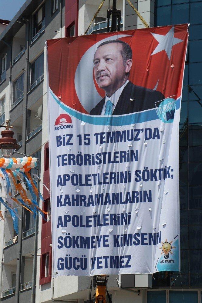 Cumhurbaşkanı Erdoğan'a 'apolet pankartlı' karşılama