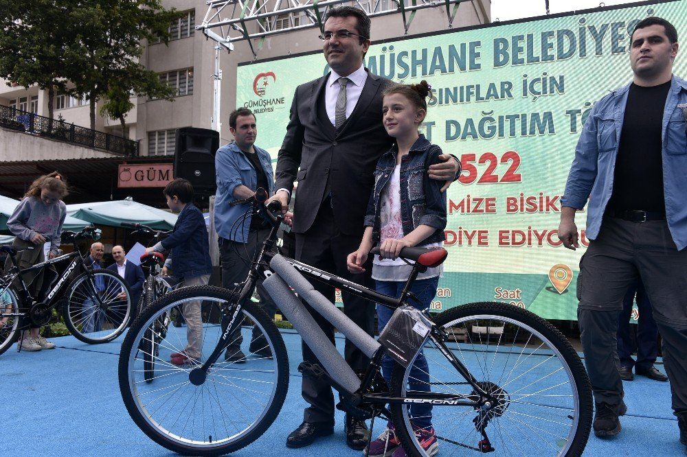Gümüşhane Belediyesi 5.sınıf öğrencilerin tamamına 522 bisiklet dağıttı