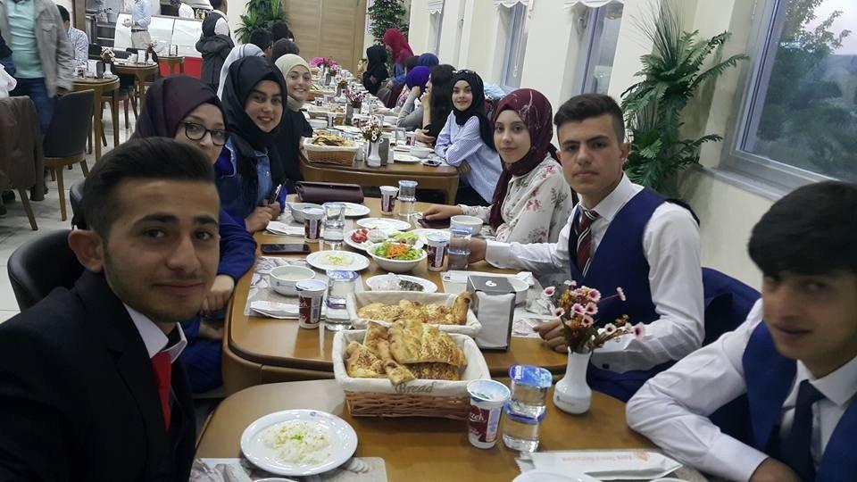 İmam Hatip Lisesi öğrencileri, mezuniyetlerini aileleriyle iftarda kutladı